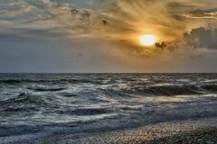 Fine dell'onda del mare su, vista di angolo basso, colpo del sunrsie Fotografia Stock Libera da Diritti