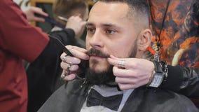 Fine della barba dei pettini del barbiere su archivi video