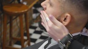 Fine della barba dei pettini del barbiere su video d archivio