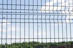 Fine della barriera del filo spinato - sul metallo del ferro della nuvola della difesa, Immagine Stock Libera da Diritti