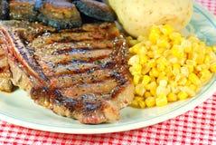 Fine della bistecca di bistecca con l'osso del barbecue in su Fotografia Stock