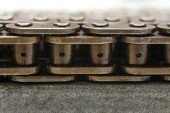 Fine della catena del motore su fondo d'acciaio Immagine Stock