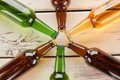 Fine della decorazione delle bottiglie di birra su Immagini Stock
