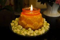 Fine della fiamma della Lume di candela-candela su su un fondo nero immagini stock libere da diritti