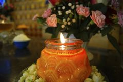Fine della fiamma della Lume di candela-candela su su un fondo nero fotografia stock
