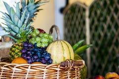 Fine della frutta fresca del fondo di frutti della miscela sul concetto stante a dieta di cibo sano immagine stock libera da diritti