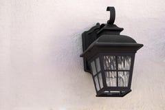 Fine della lampada di via su sulla parete strutturata fotografia stock
