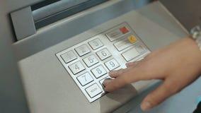 Fine della macchina di bancomat sul numero di perno entrante della mano femminile Chiuda su della mano della donna che spinge i b stock footage