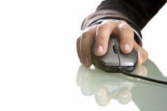 Fine della mano della donna di affari in su sul mouse del calcolatore Fotografie Stock Libere da Diritti