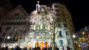 Fine della parte anteriore di battlo della casa di gaudi della luce notturna della Spagna Barcellona sul lasso di tempo 4k archivi video