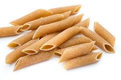 Fine della pasta dei maccheroni della farina di segale su isolata su bianco Fotografie Stock