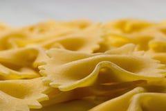 Fine della pasta del farfallino su Pasta di Farfalle Farfalle piega la pasta italiana Farfalle - pasta a forma di dell'arco Fotografia Stock