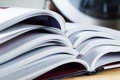 Fine della pila di libri aperti su Fotografie Stock