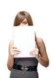 Fine della ragazza il fronte di un foglio di carta in bianco Fotografia Stock