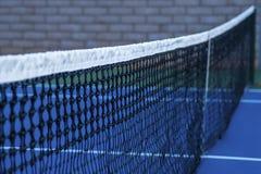 Fine della rete della corte di tennis in su fotografia stock
