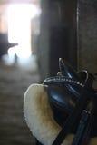 Fine della sella del cavallo su nella stalla Fotografie Stock