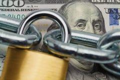 Fine della serratura dei soldi su immagine stock