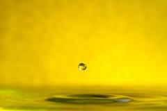 Fine della spruzzata della goccia di acqua su fotografie stock