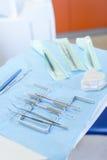 Fine della strumentazione dentale in su sulla tabella di chirurgia Immagini Stock