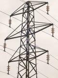 Fine della struttura di pilone di elettricità sui grandi nastri metallici del cielo Fotografia Stock Libera da Diritti