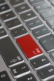 Fine della tastiera del computer portatile macro sullo sbiadirsi per entrare in rosso fotografie stock libere da diritti