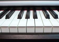 Fine della tastiera di piano in su Elementi dello strumento musicale immagini stock libere da diritti