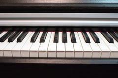 Fine della tastiera di piano in su Elementi dello strumento musicale fotografia stock