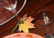 Fine della tavola di cena di ringraziamento su sul supporto di vetro del posto della foglia di caduta. Fotografia Stock