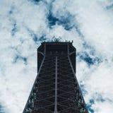 Fine della torre Eiffel nella vista di angolo basso, durante l'estate a Parigi, la Francia Fotografia Stock