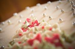 Fine della torta di cerimonia nuziale del marzapane in su Fotografia Stock Libera da Diritti