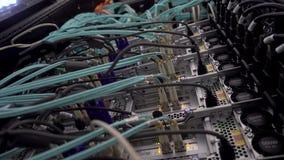 Fine dello scaffale del server su Datacenter moderno Concetto di hardware della rete di trasmissione di dati 4K video d archivio