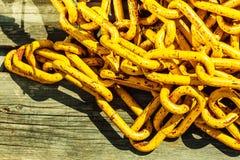 Fine dettagliata su della pila e delle corde delle catene Immagine Stock