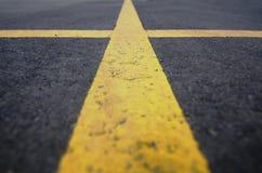 Fine di angolo basso su delle linee di parcheggio Immagini Stock