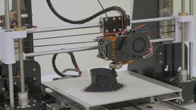 fine di funzionamento della stampante 3D su La stampante tridimensionale automatica 3d esegue la plastica Stampa moderna della st video d archivio