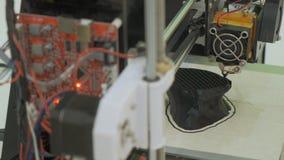 fine di funzionamento della stampante 3D su La stampante tridimensionale automatica 3d esegue la plastica Stampa moderna della st archivi video