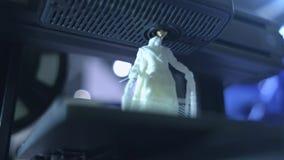 fine di funzionamento della stampante 3D su La stampante tridimensionale automatica 3d esegue la plastica Stampa moderna della st stock footage