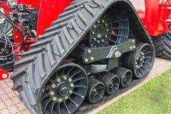 Fine di gomma del trattore agricolo del trattore a cingoli su Fotografia Stock Libera da Diritti