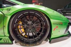 Fine di Lamborghini Aventador sul dettaglio della ruota immagine stock