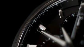 Fine di lasso di tempo dell'orologio su su un fondo nero mani di orologio bianche stock footage