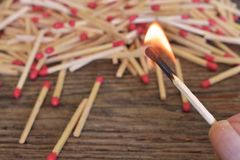 Fine di legno del bastone della partita su Fotografie Stock