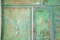 Fine di legno verde della porta su Vecchio stile weathered fotografie stock libere da diritti