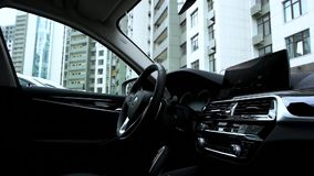 Fine di lusso dell'interno dell'automobile su stock footage