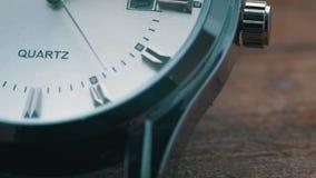 Fine di lusso dell'orologio del ` s degli uomini su stock footage