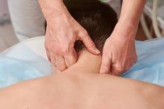 Fine di massaggio del collo su Immagini Stock