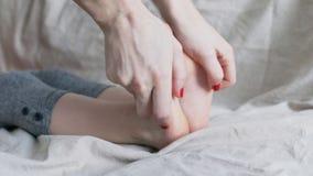 Fine di massaggio del piede del bambino su stock footage