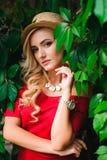 Fine di modo sul ritratto di giovane donna bionda alla moda fotografia stock
