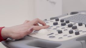 Fine di processo di ecografia su e mano femminile facendo uso di attrezzatura video d archivio