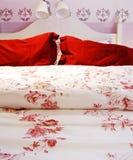 Fine di progettazione di deco del letto matrimoniale su Fotografia Stock Libera da Diritti