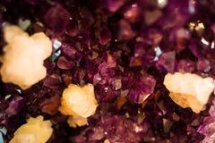 Fine di rosa di rocce del cristallo di quarzo su Fotografia Stock