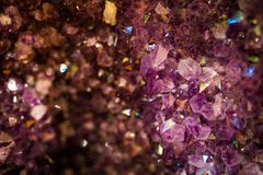 Fine di rosa di rocce del cristallo di quarzo su Fotografie Stock
